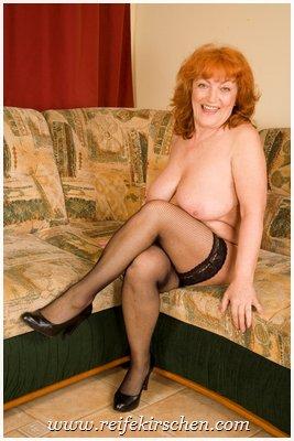 Mature beine breit nackt